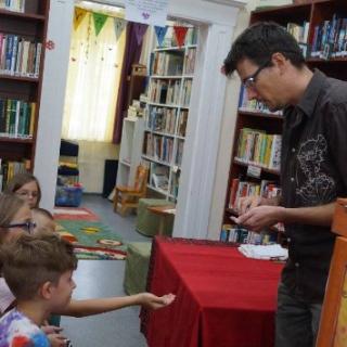 Gyermeknapi varázslat a könyvtárban